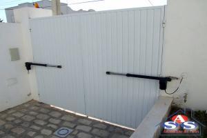 b99d37f4a9e7 La porte battante peut être une porte d extérieur elle donne alors souvent  accès à des lieux publics, ou une porte d intérieur permettant de passer d une  ...
