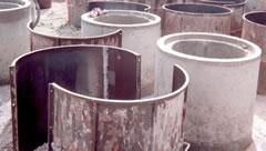 Coffrage des tubes en béton.