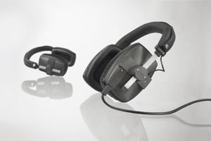 Closed monitoring headphone for use in loud environments and broadcast, film and recording studios