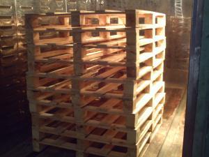 Traitement thermique de palettes et caisses en bois