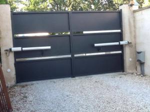 Porte battante motorisee