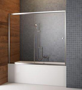 Baignoire avec rideaux coulissants sur le bain